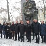 Представители на българската общност рядом с паметника